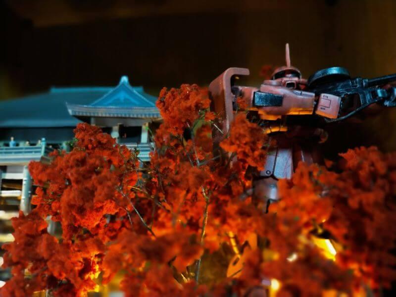 紅葉シーズンの清水寺と赤い彗星のシャア